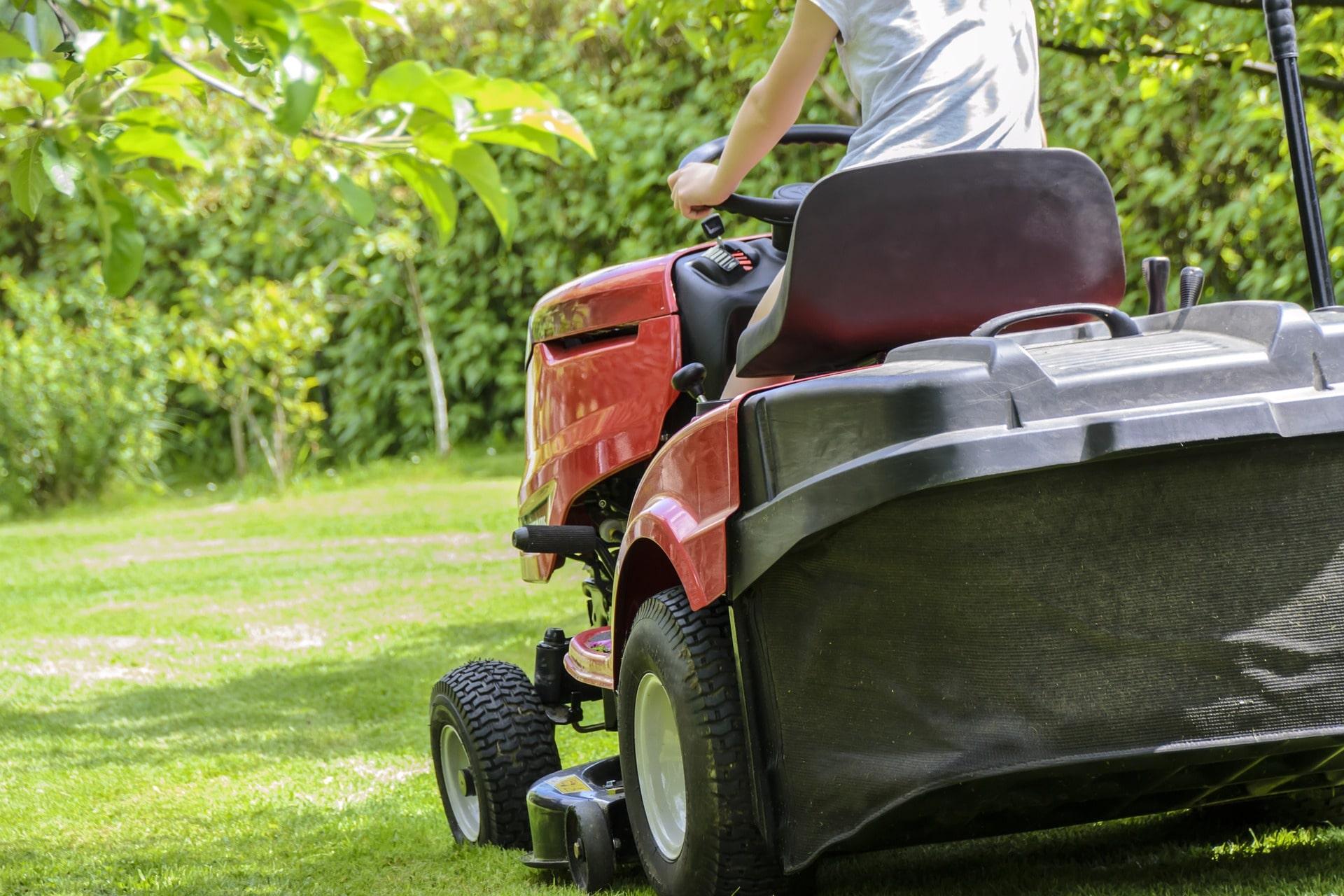 koszenie trawnika traktorkiem ogrodowym